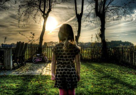 PädA_Kind schaut zum Horizont